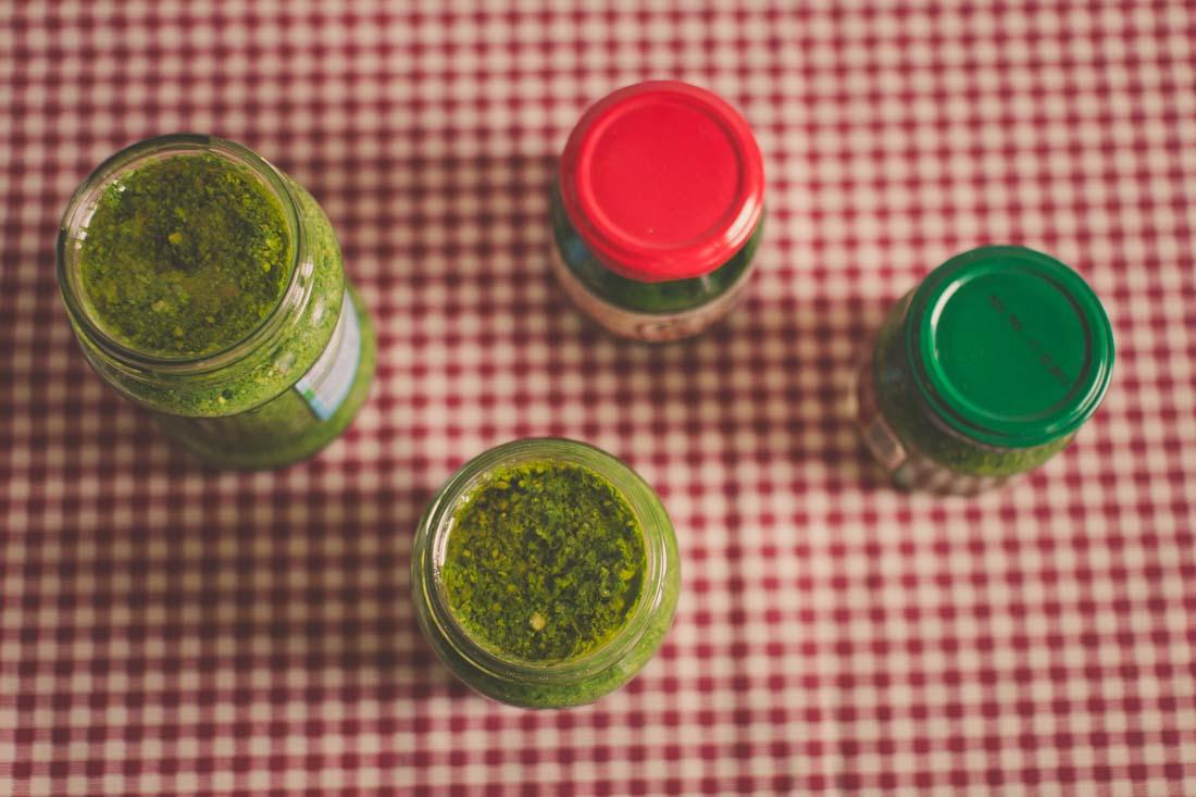 Čerstvě naložené pesto v pohárech