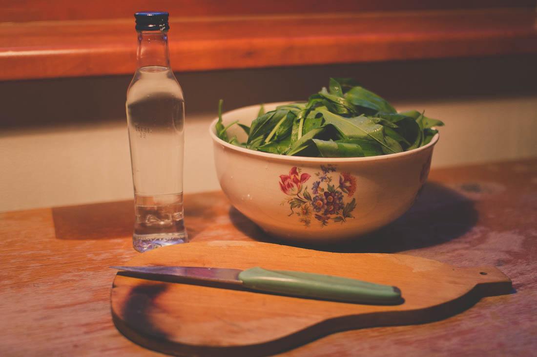 Příprava na krájení česneku